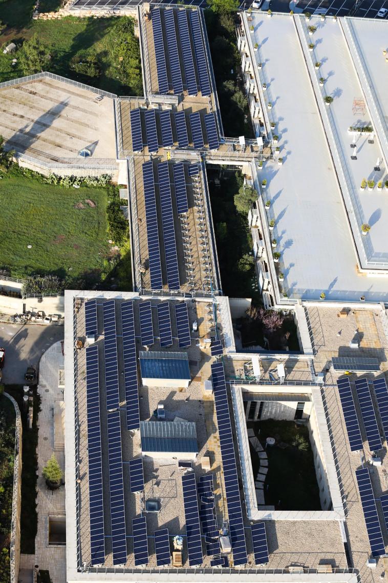 לוחות סולאריים על גג הכנסת (צילום: נתי שוחט, פלאש 90)