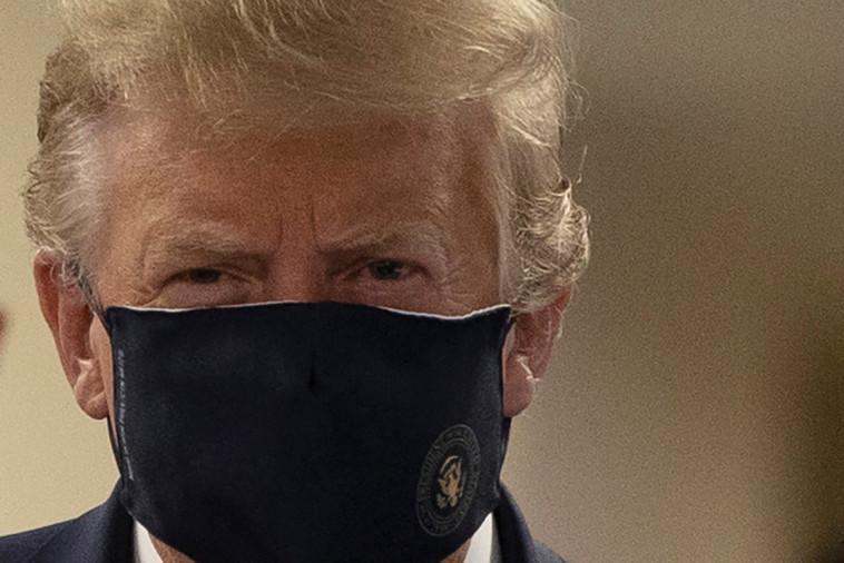 דונלד טראמפ עוטה לראשונה מסכה בפומבי (צילום: REUTERS/Tasos Katopodis)