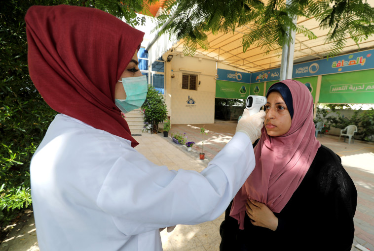 בדיקות חום לאיתור קורונה בשטחי הרשות הפלסטינית (צילום: רויטרס)