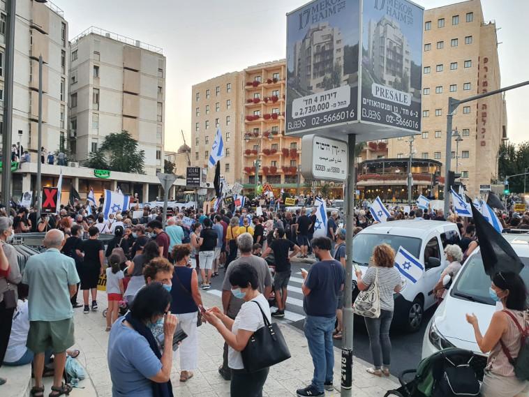 הפגנת הדגלים השחורים סמוך למעון ראש הממשלה בירושלים (צילום: אנה ברסקי)