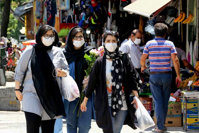 קורונה - נשים עם מסכה מבקרות בשוק בטהרן (צילום: ATTA KENARE/AFP via Getty Images)