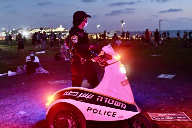 מחאת הדגלים השחורים: המשטרה נערכת להפגנה בצארלס קלור ת''א (צילום: אבשלום ששוני)
