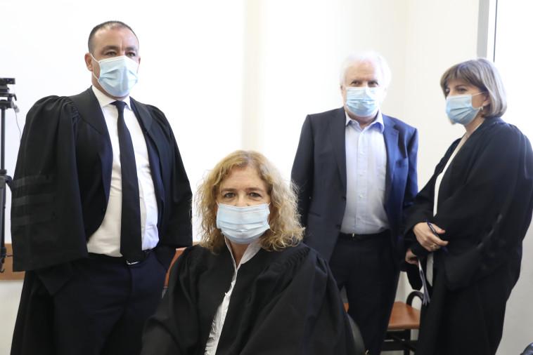 עו''ד ליאת בן ארי ומאחוריה שאול אלוביץ' (צילום: מרק ישראל סלם)