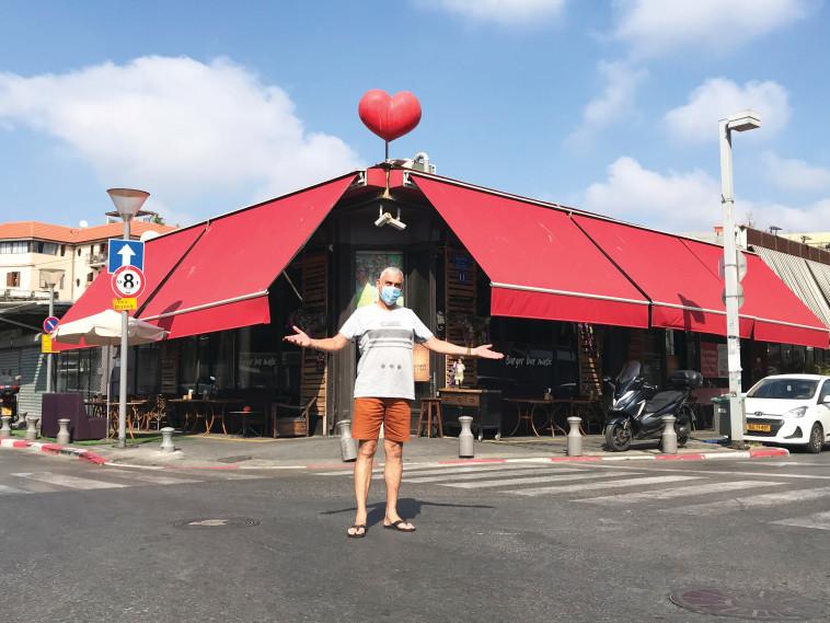 ניר גבעון על רקע מסעדתו ביפו (צילום: פרטי)