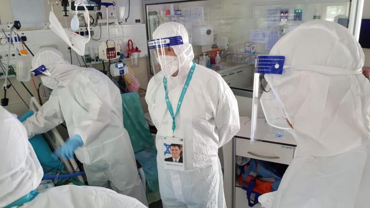 שר הבריאות יולי אדלשטיין בביקור במחלקת הקורונה באסף הרופא (צילום: ללא קרדיט)