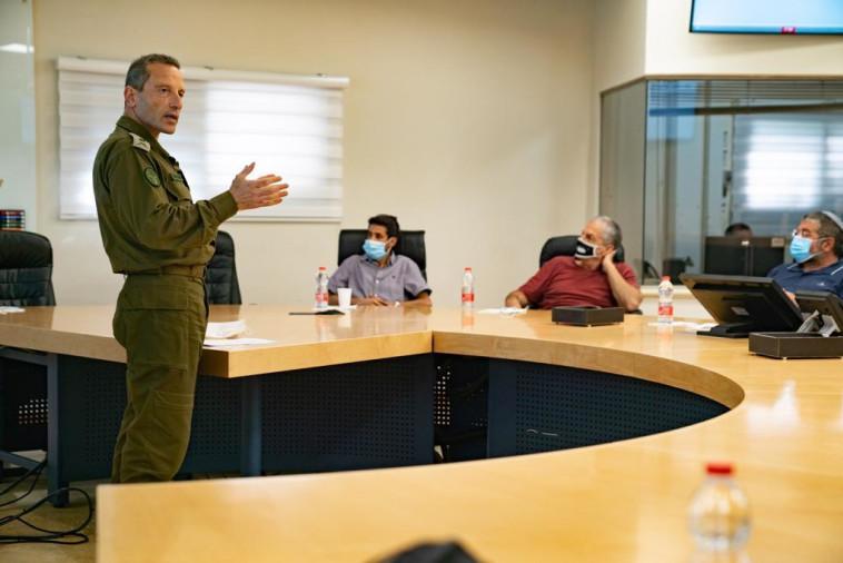 מפקד פיקוד הצפון אלוף אמיר ברעם, בפגישה עם ראשי רשויות בצפון (צילום: דובר צה''ל)