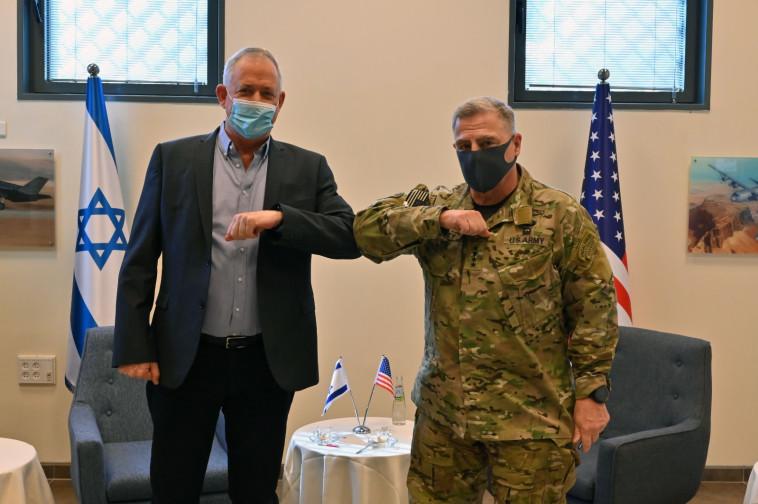 הגנרל מארק מילי ושר הביטחון בני גנץ (צילום: דובר צה''ל)