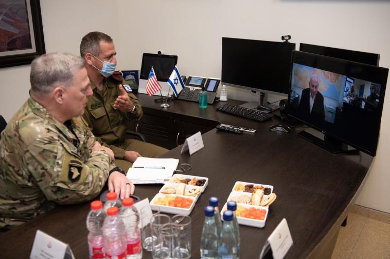 הגנרל מארק מילי והרמטכ''ל אביב כוכבי בשיחת וידאו עם רה''מ בנימין נתניהו (צילום: דובר צה''ל)