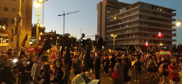 מפגינים סמוך למעון ראש הממשלה בבלפור (צילום: דוברות מחאת הדגלים השחורים)