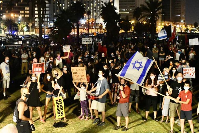מפגינים בגן צ'ארלס קלור בת''א (צילום: אבשלום ששוני)
