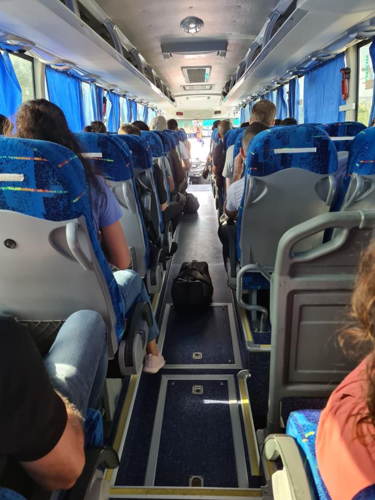 האוטובוסים מטעם הרכבת (צילום: תיקי טאב)