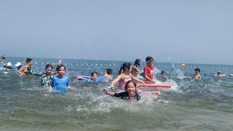 מתרחצים בחוף כפר הנופש עין גב בכנרת (צילום: חגי פלג, חוף כפר הנופש עין גב)