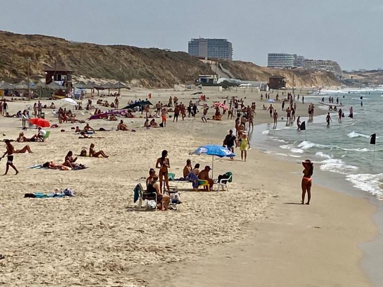 רוחצים בחוף הים בהרצליה (צילום: אבשלום ששוני)