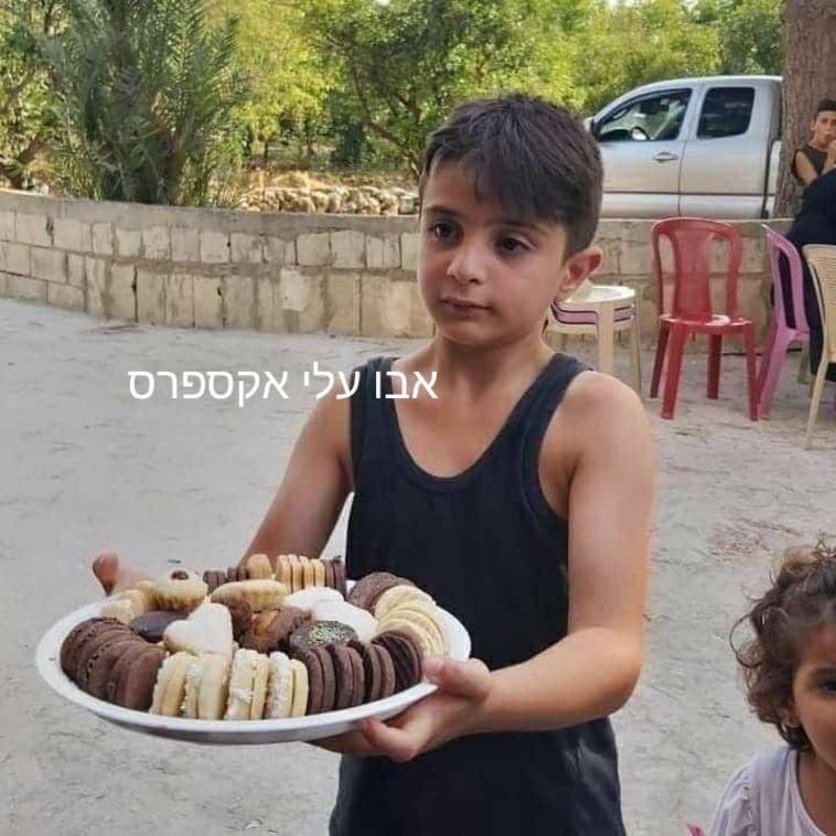 חלוקת ממתקים בלבנון (צילום: אבו עלי אקספרס)