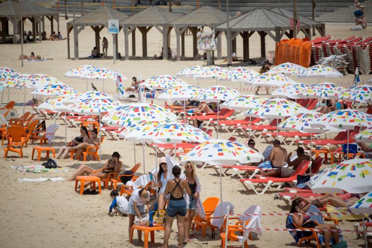 חוף הים ביום חמסין (צילום: מרים אלסטר, פלאש 90)