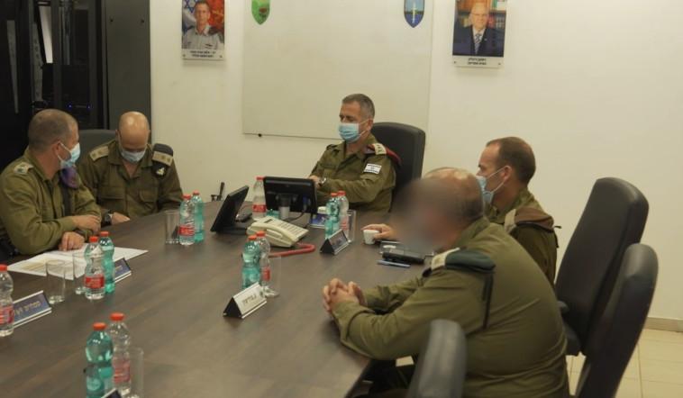 הרמטכ''ל כוכבי בהתייעצות עם בכירים בעוצבת חירם (צילום: דובר צה''ל)