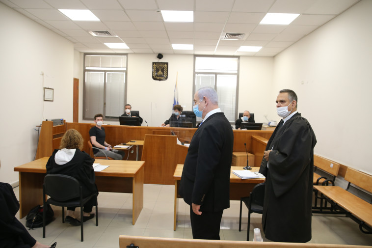 מיכה פטמן, בנימין נתניהו ביום פתיחת המשפט (צילום: עמית שאבי)