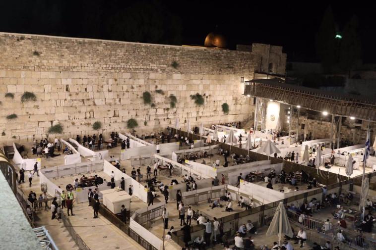 תפילת תשעה באב בכותל המערבי (צילום: מרק ישראל סלם)