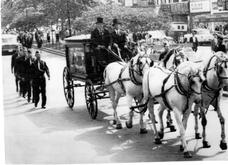 ארונו של ז'בוטינסקי מובל בברודוויי, 1964 (צילום: רדיו טלאגרפי מיוחד למעריב)