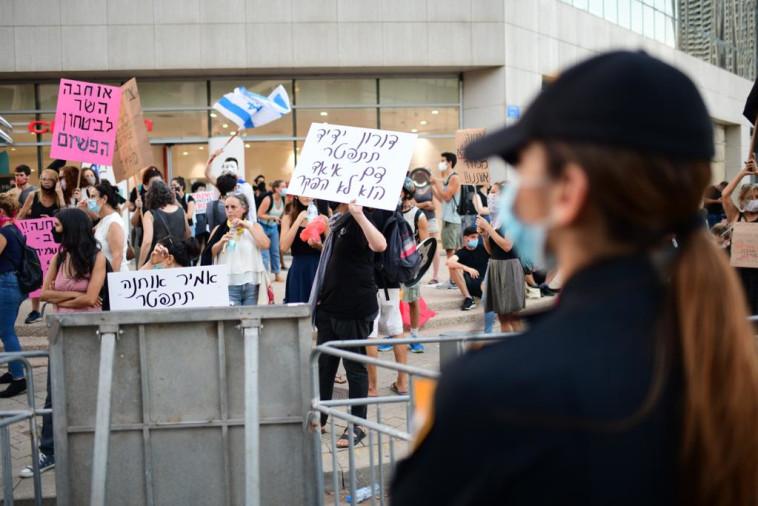הפגנה מול בית השר אוחנה (צילום: אבשלום ששוני)