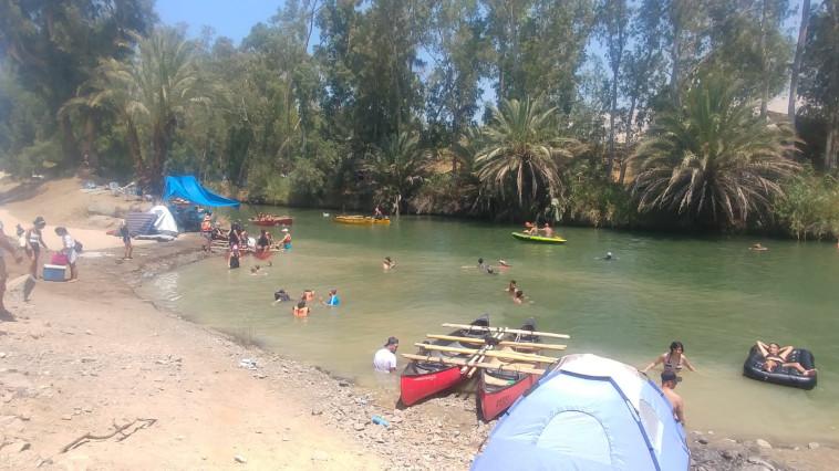 מטיילים במורד הירדן (צילום: שבתאי שבתייב, מועצה אזורית עמק הירדן)
