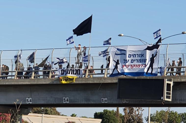 מחאת הדגלים השחורים: קיבוץ עינת (צילום: דוברות המשטרה)