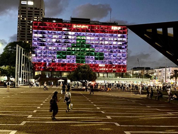 דגל לבנון מוצג על עיריית ת''א (צילום: אבשלום ששוני)
