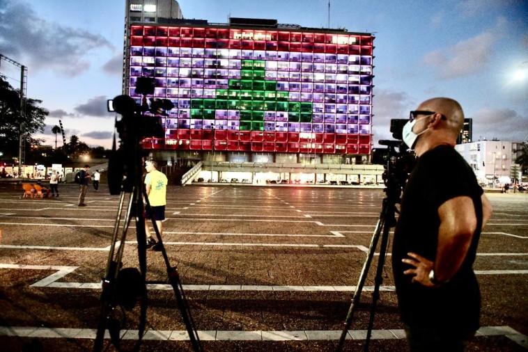 בניין עיריית ת''א מואר בדגל לבנון (צילום: אבשלום ששוני)