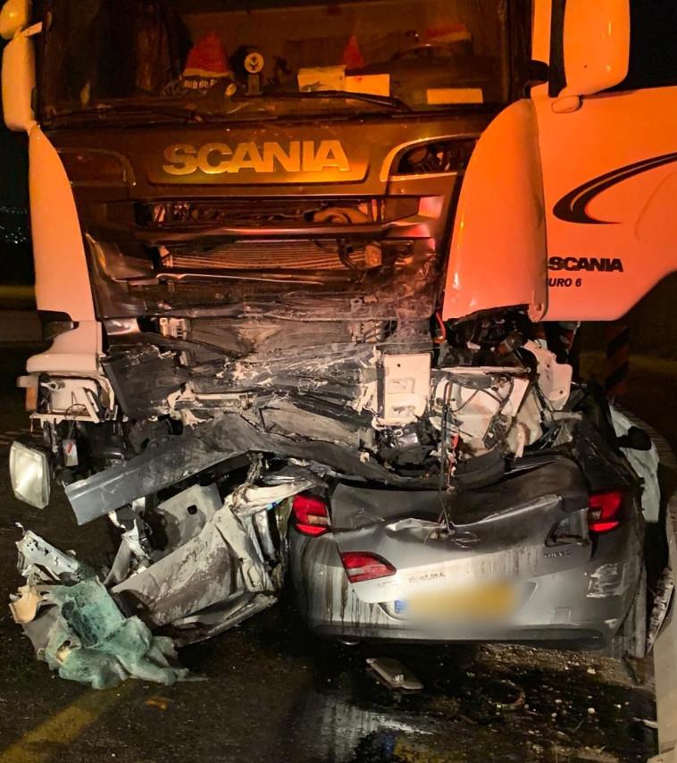 הרכב שנמעך מתחת למשאית בצפון (צילום: דוברות המשטרה)