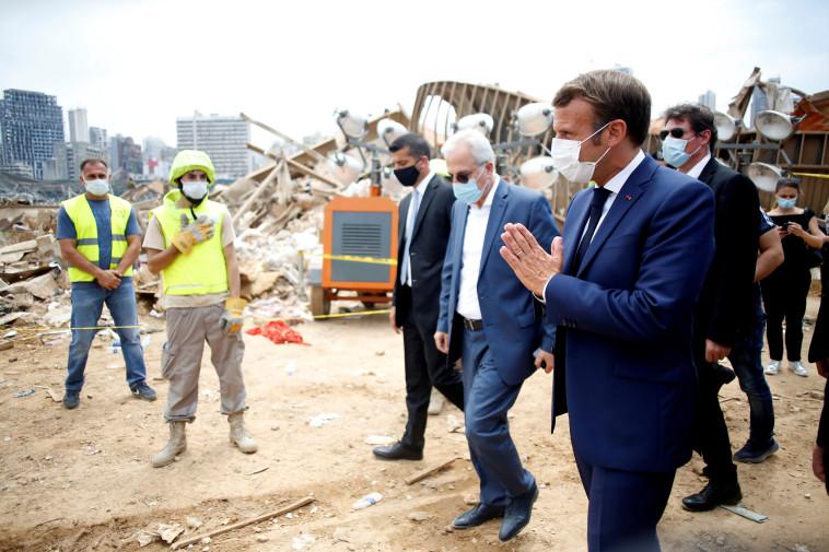 עמנואל מקרון בזירת הפיצוץ בביירות (צילום: Thibault Camus/Pool via REUTERS)