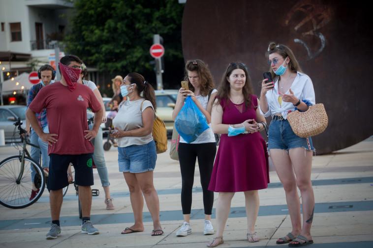 אנשים מזלזלים בחבישת מסכה (צילום: מרים אלסטר, פלאש 90)