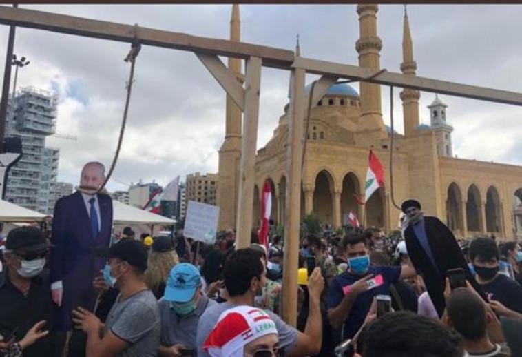 נסראללה ונשיא לבנון תלויים בהפגנות בביירות (צילום: רשתות ערביות)