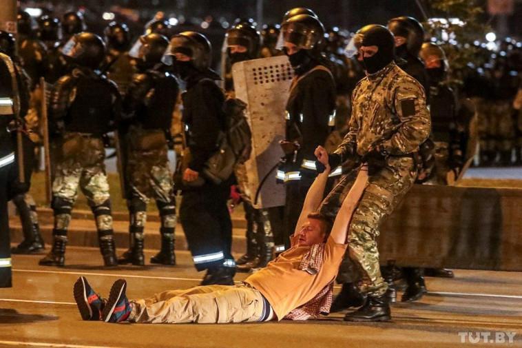 שוטר גורר מפגין בהפגנות בבלארוס (צילום: רויטרס)
