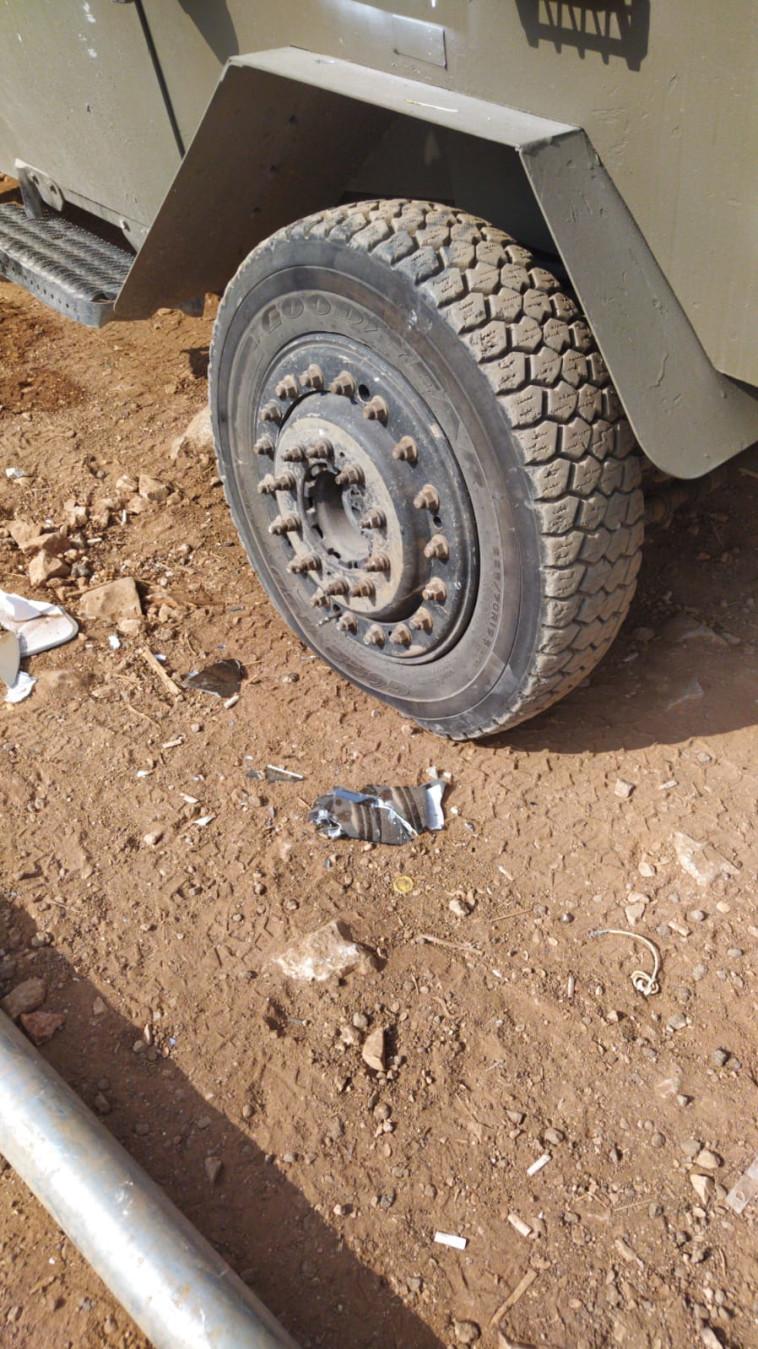צמיגים מנוקבים סמוך ליישוב יצהר (צילום: דוברות המשטרה)