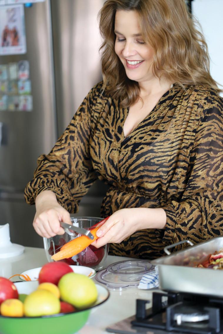 פאולה רוזנברג במטבח (צילום: נטע ליבנה)