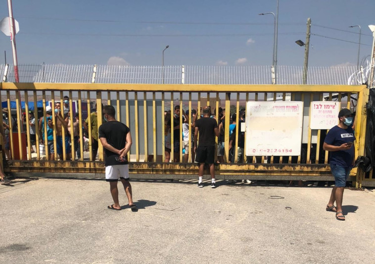 מפגינים מחוץ לשער קיבוץ ניר דוד  (צילום: רשתות חברתיות)