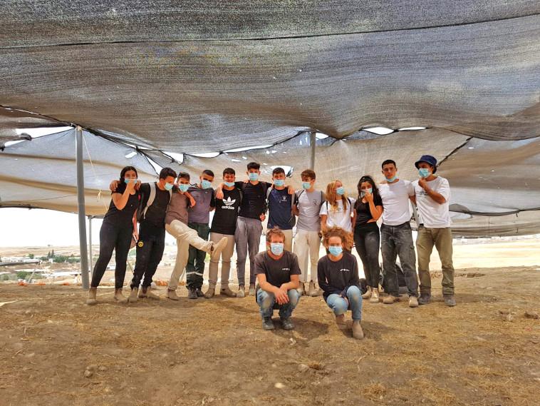 בני הנוער שהשתתפו בחפירות (צילום: אמיל אלג'ם, רשות העתיקות)