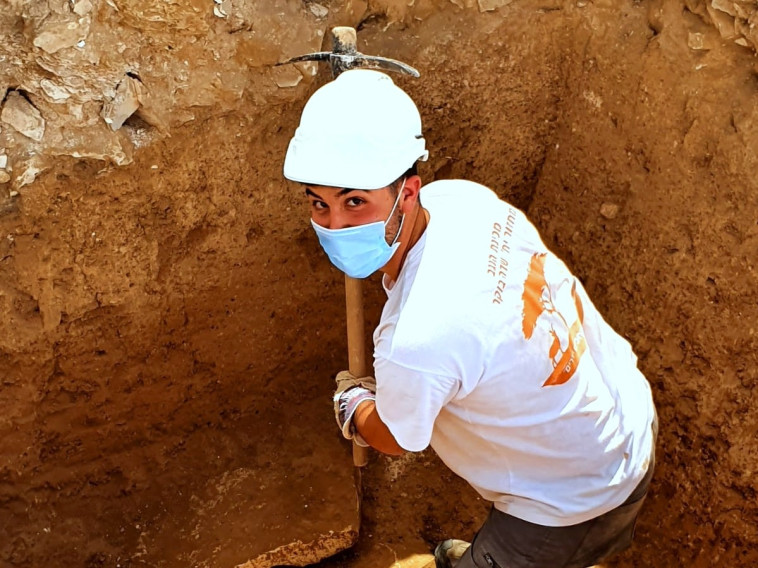 חניך מכינת הנגב בחפירות (צילום: אמיל אלג'ם, רשות העתיקות)