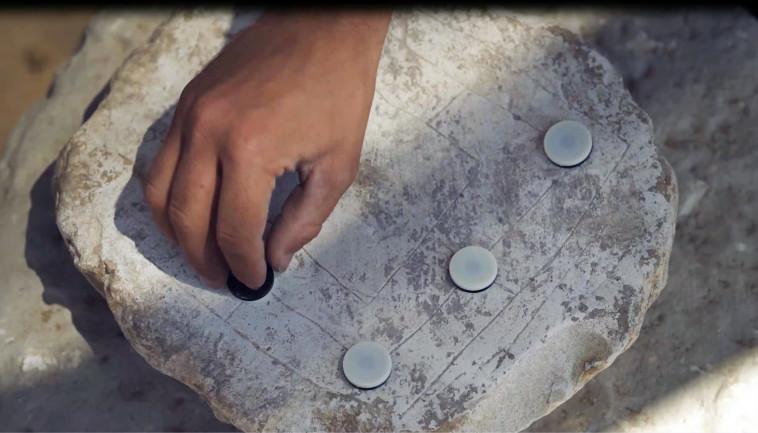 לוח משחק הטחנה (צילום: אמיל אלג'ם, רשות העתיקות)