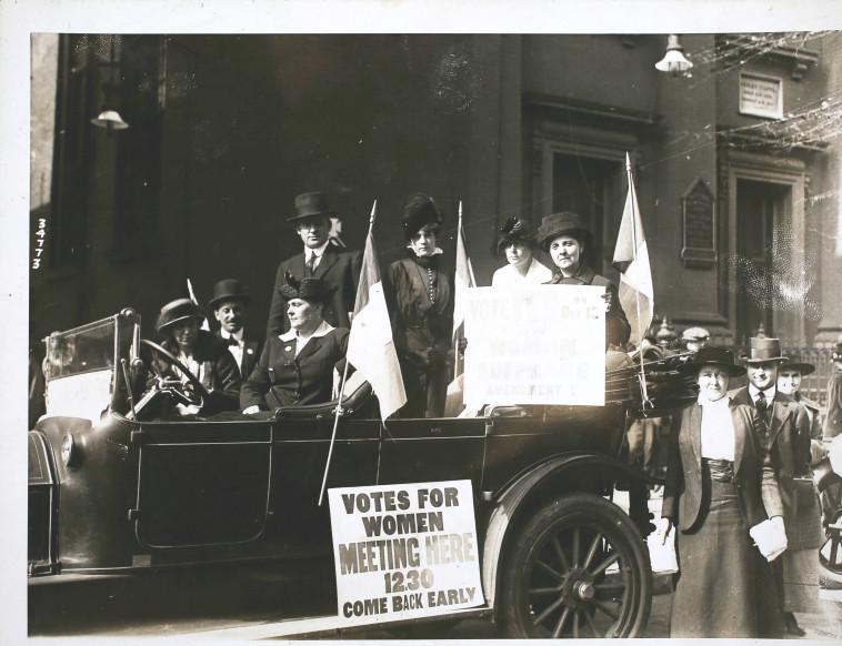 נשים מפגינות למען הצבעה ב-1915  (צילום: Hulton Archive, GettyImages )