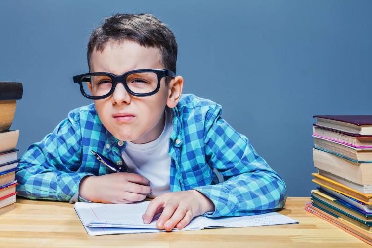 למרות שילדים רבים הנעזרים במשקפיים סובלים מלעג, ניתן לעבור ניתוח לייזר להסרתם רק מגיל 18 (צילום: שאטרסטוק)