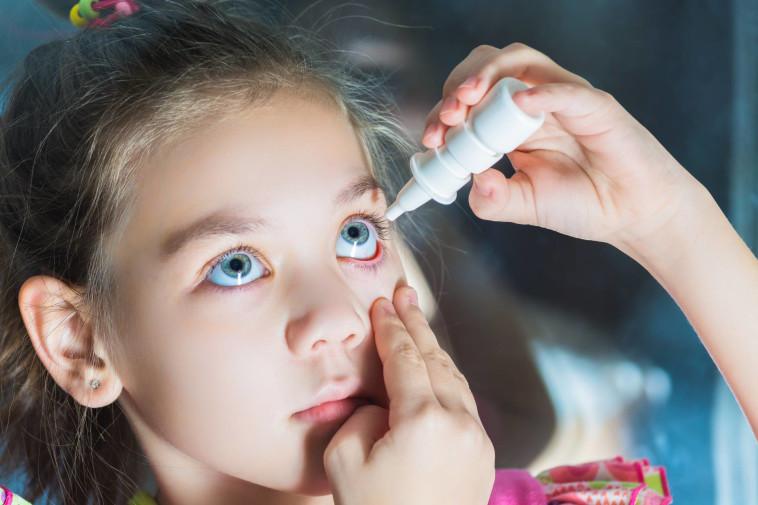 טיפות עיניים המכילות אטרופין מדולל הוכחו כיעילות במיתון קצב העלייה במספר המשקפיים (צילום: שאטרסטוק)