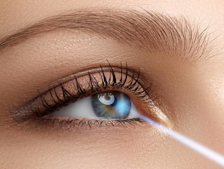 רמת הסיכון לסיבוך משמעותי בניתוח לייזר להסרת משקפיים היא מזערית ביותר עד קלושה! (צילום: שאטרסטוק)