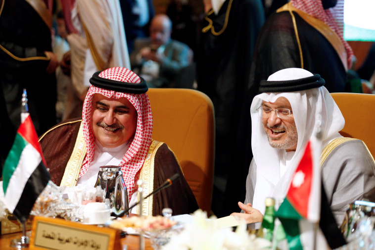 שר החוץ של איחוד האמירויות, אנוור גנגש עם שר החוץ של בחריין חליד בן אחמד אל חליפה (צילום: REUTERS/Faisal Al Nasser)