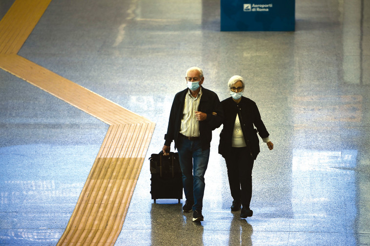 מבוגרים בשדה התעופה (צילום: MONTEFORTE VIA AFP)