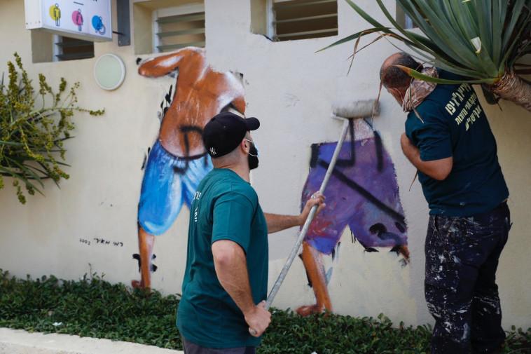 מחיקת ציור הקיר בתל אביב (צילום: גיא יחיאלי)