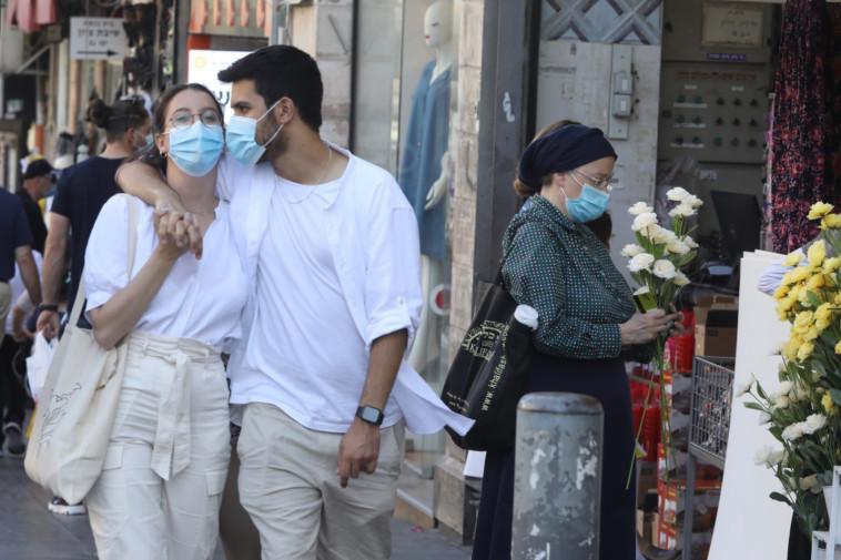 קורונה בישראל - אנשים הולכים ברחוב עם מסכה (אילוסטרציה, למצולמים אין קשר לנאמר בכתבה) (צילום: מרק ישראל סלם)