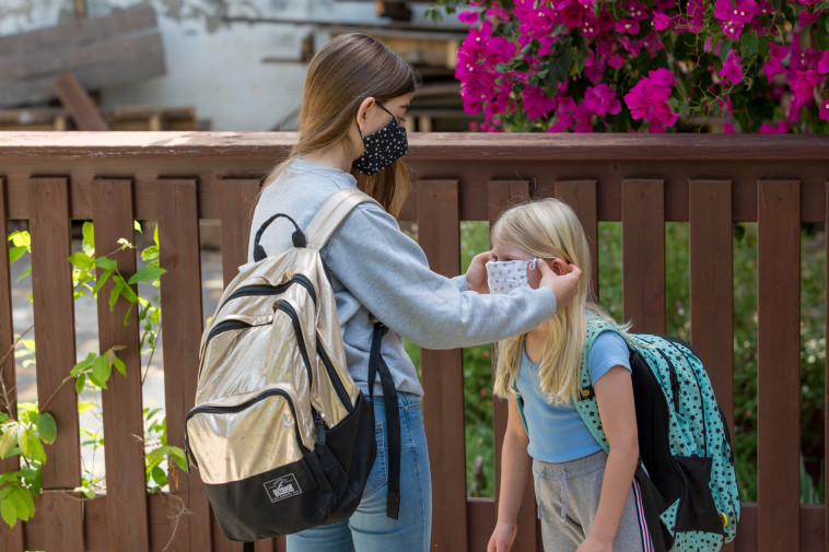 תלמידות בית ספר עם מסיכות (צילום: חן לאופולד, פלאש 90)