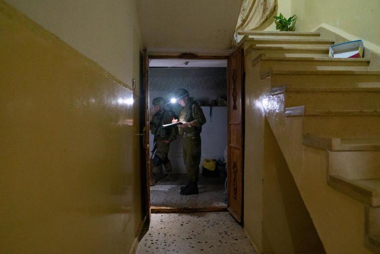 חיילי צה''ל ממפים את בית המחבל (צילום: דובר צה''ל)