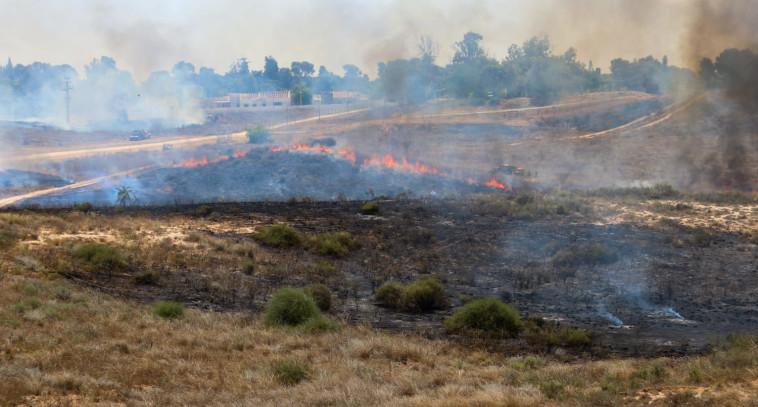 שריפה שפרצה בעוטף עזה כתוצאה מבלון תבערה (צילום: כבאות והצלה מחוז דרום)